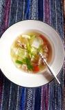 Thailändische Lebensmitteltellerhühnermehlkloßsuppe Stockfotos
