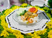 Thailändische Nahrung, Garnele auf Nudeln und Gemüse. Stockfotografie