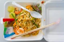 Thailändische Nahrungsmittelauflage thailändisch, Stirfischrogennudeln mit Garnele Stockbilder