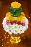 Thailändischer Angebotteller mit Kerzen für günstige Zeremonie Stockfotografie