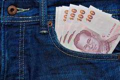 Thailändischer Baht in Jeans Tasche Lizenzfreies Stockfoto
