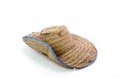 Thailändischer Landwirt Old-Hut hergestellt von gesponnenem Bambus auf weißem Hintergrund Stockfoto