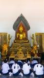 Thailändischer Mädchenrespekt alte Buddha-Statue Stockfotos
