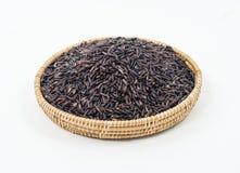 Thailändischer schwarzer Jasminreis (Reisbeere) im Bambuskorb an lokalisiert Lizenzfreie Stockfotos