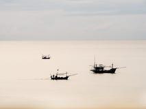 Thailändisches Boot des Fischers drei im Meer Lizenzfreies Stockfoto