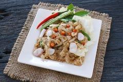 Thailändsk aptitretaremat kallade Mooh Nam, finhackade och dunkade grillat hudgriskött, valfokus Royaltyfria Foton
