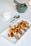 Thailändsk cusineräka med tamarindfruktsås Arkivfoto