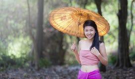 Thailändsk flickadressing med traditionell stil Royaltyfri Bild