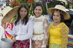 Thailändsk kvinna för stående under festival för Phangan färgmåne, Thailand Arkivfoton