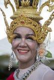 Thailändsk kvinna för stående under festival för Phangan färgmåne, Thailand Arkivbild