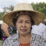 Thailändsk kvinna för stående under festival för Phangan färgmåne, Thailand Arkivfoto