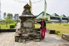 Thailändsk kvinnastående för handelsresande med etiketten av det internationella bergmuseet Royaltyfri Fotografi
