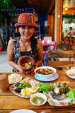 Thailändsk kvinnastående med den thailändska kokkonstuppsättningen Royaltyfri Foto