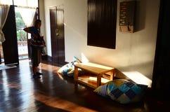 Thailändsk kvinnaställning på homestayen med ljus av solnedgångtid i Chiang Rai, Thailand Fotografering för Bildbyråer