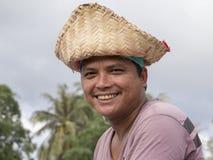 Thailändsk man för stående under festival för Phangan färgmåne, Thailand Arkivbilder