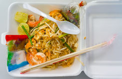 Thailändsk mat vadderar thai, uppståndelsesmåfisknudlar med räkan Arkivbilder
