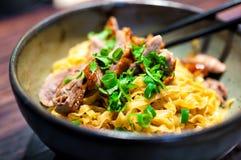 Thailändsk maträtt med stekanden och nudlar Fotografering för Bildbyråer