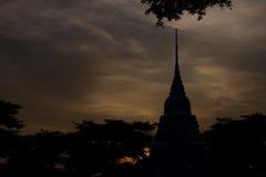 Thailändsk tempel på natten Fotografering för Bildbyråer