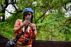Thailändska kvinnor använder mobiltelefonskyttefotoet på den Shwenandaw kloster Arkivbilder
