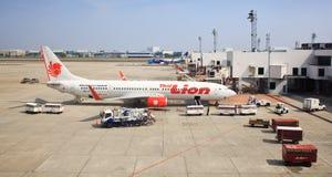 Thailändska Lion Air Plane som landas på Donmuang den internationella flygplatsen Arkivbild