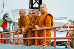 Thailändska monks i traditionell orange kläder Arkivfoto
