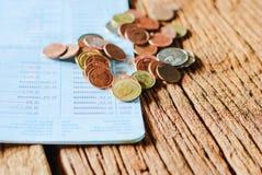 Thailändskt pengarbad och besparingkontobankbok Royaltyfri Bild