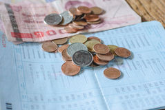 Thailändskt pengarbad och besparingkontobankbok Fotografering för Bildbyråer