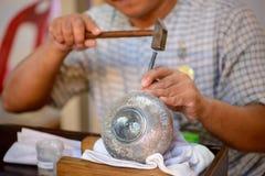 Thais artisanaal kerven bloemenontwerp op zilveren pot royalty-vrije stock afbeelding
