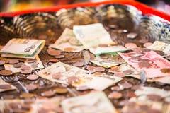 Thais Baht, geld, Thais muntstuk Gesorteerde het badtrap van geld Thaise muntstukken Koning van Thailand Het concept financiële p Stock Foto's