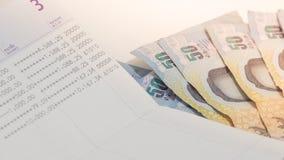 Thais bankbiljet 50 Baht en rekeningsboek voor zaken Royalty-vrije Stock Afbeeldingen