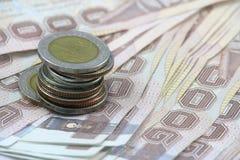 Thais bankbiljet en Thaise muntstukken Royalty-vrije Stock Afbeeldingen