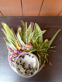 Thais Bloemen en Water met Som poi het water van Acaciaconcinna in dienblad met voetstuk op houten lijst (Gebruik voor Songkran-f Royalty-vrije Stock Afbeelding