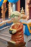 Thais Boeddhistisch monniksbeeldhouwwerk in tempel stock fotografie