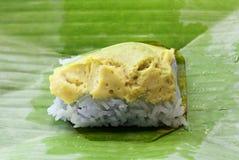 Thais dessert, Kleverige die rijst en eivla met banaan le wordt verpakt stock fotografie