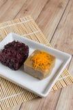Thais Dessert: Kleverige rijst met ei gestoomde vla Stock Foto's