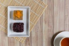 Thais Dessert: Kleverige rijst met ei gestoomde vla Stock Afbeelding