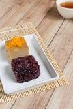 Thais Dessert: Kleverige rijst met ei gestoomde vla Stock Afbeeldingen