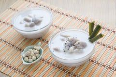 Thais dessert, Taro in zoete kokosmelk Stock Foto's