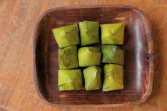 Thais die dessert in banaanbladeren wordt verpakt op houten schotel Royalty-vrije Stock Fotografie