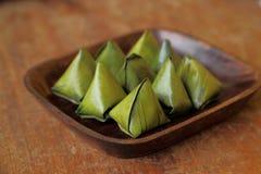 Thais die dessert in banaanbladeren wordt verpakt op houten schotel Royalty-vrije Stock Foto