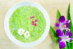 Thais die dessert, rijstnoedels van rijst worden gemaakt met kokosmelk wordt gegeten Royalty-vrije Stock Foto