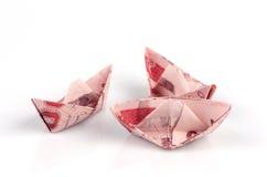 Thais die geld in de vorm van een boot wordt gevouwen. stock foto