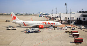 Thais die Lion Air Plane bij de Internationale Luchthaven van Donmuang is geland Stock Fotografie