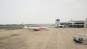 Thais die Lion Air Plane in Don Mueang International Airport is geland Royalty-vrije Stock Afbeeldingen