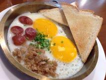 Thais eigengemaakt stijl gebraden ei met varkensvlees in pan Royalty-vrije Stock Afbeeldingen