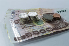 Thais Geld, 1000 Bahtbankbiljetten en muntstuk op witte achtergrond Royalty-vrije Stock Afbeelding