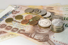 Thais Geld, 1000 Bahtbankbiljetten en muntstuk op witte achtergrond Royalty-vrije Stock Fotografie