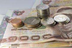 Thais Geld, 1000 Bahtbankbiljetten en muntstuk op witte achtergrond Stock Afbeeldingen