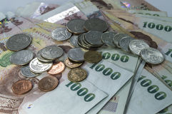 Thais Geld, 1000 Bahtbankbiljetten en muntstuk op witte achtergrond Stock Foto's