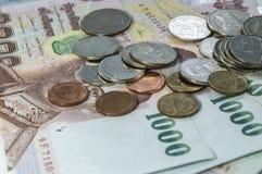 Thais Geld, 1000 Bahtbankbiljetten en muntstuk op witte achtergrond Stock Fotografie